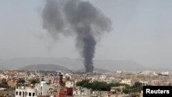 Khói đen bốc lên từ một nhà máy chế biến thực phẩm sau cuộc không kích của liên minh do Ả rập Xê-út dẫn đầu tại Sanaa, Yemen, ngày 9/8/2016.