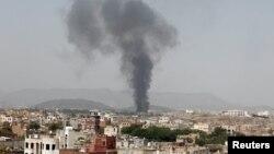 Ảnh tư liệu - Khói bốc lên từ một nhà máy sản xuất thực phẩm chế biến sẵn sau vụ không kích của liên minh do Ả Rập dẫn đầu ở Sanaa, Yemen.