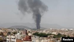 Khói bốc lên từ một nhà máy sau một cuộc không kích của liên minh do Ả rập Xê-út dẫn đầu, ở Sanaa, Yemen, 9/8/2016.