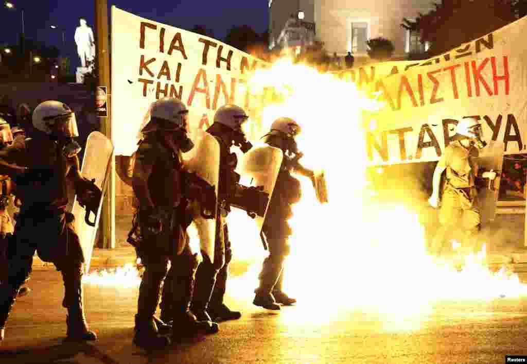 پارلیمان کے باہر بیل آؤٹ پیکج کی مخالفت کرنے والوں نے پولیس پر پٹرول بم بھی پھینکے۔