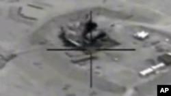 Snimak napada na rafineriju u Siriji iz američkog borbenog aviona. Rafinerija Džeribe Vest navodno je na crnom tržištu zarađivala i do dva miliona dolara dnevno za Islamsku državu