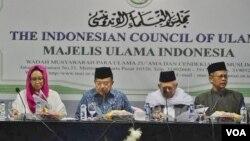 Wakil Presiden Jusuf Kalla, Menteri Luar Negeri Retno Masudi dan Kepala Bidang Hubungan Luar Negeri MUI Muhyiddin Junaidi dalam jumpa pers di kantor MUI, Jakarta hari Selasa (6/3). (VOA/Fathiyah)