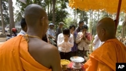 Cambodian Buddhist monks bless to Buddhist followers near Bayon temple in Siem Reap province, file photo.