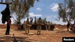 Chiến binh Syria chuẩn bị đạn dược trước cuộc tấn công chống lại các lực lượng trung thành với Tổng thống Syria ở thành phố phía nam Dara'a, ngày 25/6/2015.