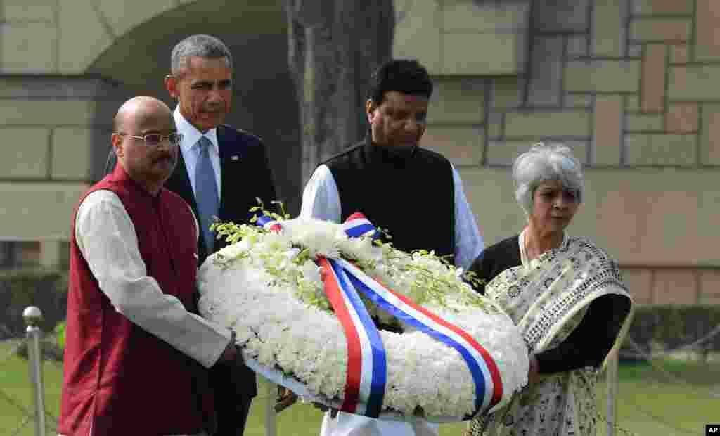 صدر اوباما مہاتما گاندھی کی یادگار پر پھولوں کی چادر چڑھا رہے ہیں۔