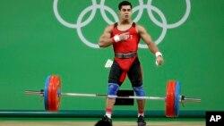 L'égyptien Mohamed Ihab Youssef en finale de l'épreuve d'haltérophilie des 77kg aux Jeux Olympiques de Rio le 10 août 2016.