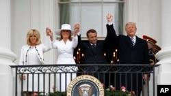 ایمانویل مکرون، رئیس جمهور فرانسه همراه با همسرش، در قصرسفید از جانب دونالدترمپ و بانوی نخست امریکا استقبال شدند.