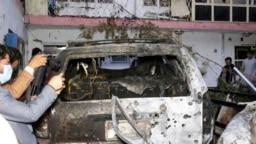 Avganistanski novinari ispred kuće uništene u američkom napadu dronom, 29. avgusta 2021.
