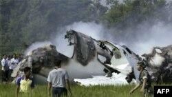 Hiện trường vụ rớt máy bay tại khu vực đồi núi ở đảo Sumatra, ngày 29/9/2011