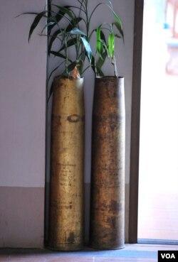 丰沙湾一家旅馆内用炮弹壳改装的花瓶。(美国之音朱诺拍摄,2011年2月5日)
