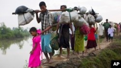 فوجی کارروائی کے ڈر سے روہنگیا مسلمان سرحد پار بنگلہ دیش جا رہے ہیں۔ فائل فوٹو