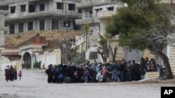 Warga Suriah menunggu konvoi bantuan di kota Madaya, Suriah. (Foto: Dok)