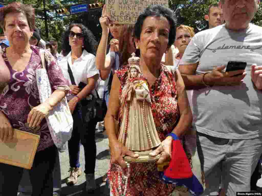 Ciudadanos protestan en las calles de Caracas, Venezuela, mientras se realizó el entierro de víctimas de la masacre de 'El Junquito' en Venezuela el 20 de enero de 2018.