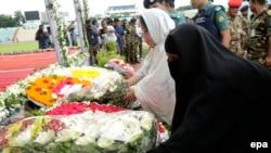 Thân nhân của viên cảnh sát bị thiệt mạng trong vụ tấn công nhà hàng ở Dhaka, Bangladesh, đặt vòng hoa tưởng niệm các nạn nhân ngày 4/7/2016.