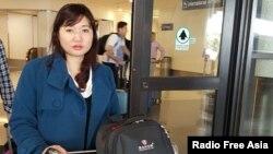 Chị Vũ Minh Khánh, vợ của luật sư Nguyễn Văn Đài tại sân bay Los Angeles hôm 14/4/2016.