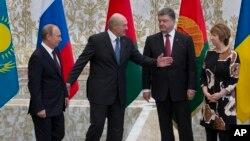 Tổng thống Belarus Alexander Lukashenko chào đón Tổng thống Nga Vladimir Putin (trái) và Tổng thống Ukraine Petro Poroshenko (thứ hai từ bên phải) tại Minsk, Belarus, ngày 26/8/2014.