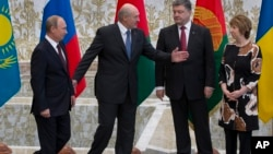 參加多方會談的領導人。左起:俄羅斯總統普京、白俄羅斯總統、烏克蘭總統波羅申科以及歐盟外長阿什頓