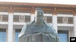北京天安門廣場上的孔子塑像(圖)。目前美國已廣為設立孔子學院。