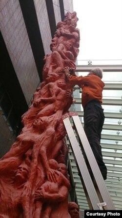 """高志活检查""""国殇之柱""""受损情况(香港支联会图片)"""