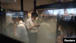 Prostorija za pušače na stanici Šinagava u Tokiju, 2. avgusta 2021.