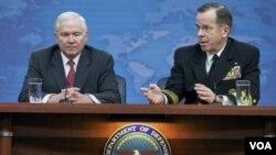 Robert Gates (kiri) dengan Kepala Staf Gabungan Militer AS Laksamana Mike Mullen membahas situasi Libya di Pentagon.