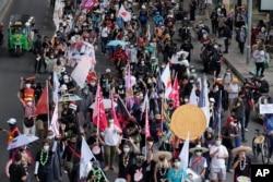Pendukung pro-demokrasi mengenakan masker, turun ke jalan dalam aksi demo di Bangkok, Thailand, Kamis, 24 Juni 2021. (AP)