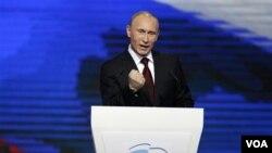 PM Rusia, Vladimir Putin Putin berbicara di depan Kongres Partai Rusia Bersatu yang dipimpinnya di Moskow (27/11).