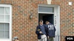 Agen-agen FBI dalam salah satu operasi penggerebekan rencana teror di AS (dokumentasi).