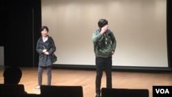 한국의 사회적 기업, 유니아스코리아가 10일 개최한 탈북민재능경연대회에서 탈북민 출신 배우인 김진호, 김현민 씨가 연극 '상경' 공연을 펼치고 있다.