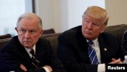Ông Donald Trump và Thượng nghị sĩ Hoa Kỳ Jeff Sessions tại Trump Tower ở Manhattan, New York, 7/10/2016.