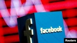 Logo của Facebook trước màn hình biểu đồ chứng khoán. Hơn 500 triệu người dùng Facebook đã bị lộ thông tin cá nhân qua một công ty tư vấn chính trị do ông Donald Trump thuê khi còn trong chiến dịch tranh cử tổng thống Mỹ năm 2016.