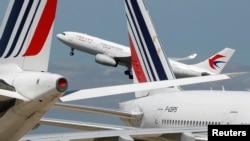 资料照:中国民航飞机在法国巴黎戴高乐机场起飞。(2020年5月19日)
