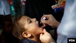 Cho trẻ uống vắc xin ngừa sốt bại liệt