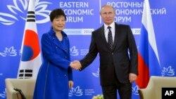 박근혜 한국 대통령(왼쪽)과 블라디미르 푸틴 러시아 대통령이 블라디보스톡에서 열린 동방경제포럼에서 악수하고 있다.