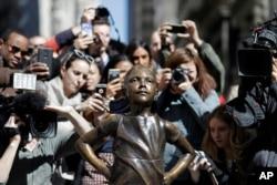 """路人和参观者围绕着""""无畏女孩""""铜像拍照和自拍(2017年3月8日)"""