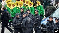 Vigilancia policial al comienzo del carnaval callejero en la ciudad de Colonia, en Alemania.
