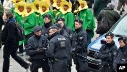2016年2月4日德国科隆,警方在年度街头狂欢期间巡逻。