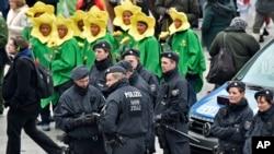 Polisi Jerman melakukan patroli di depan stasiun utama menjelang dimulainya karnaval jalanan di Cologne, Jerman (4/2).