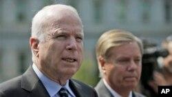 Thượng nghị sĩ John McCain (trái) và Lindsey Graham sau cuộc họp với Tổng thống Obama về tình hình Syria, ngày 2/9/2013.