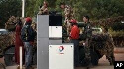 25일 말리 세바레의 한 주유소에서 탱크에 기름을 채우는 프랑스 군인들.