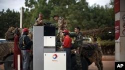 法国军人在马里的加油站给坦克加油