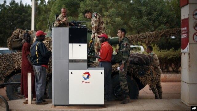 Binh sĩ Pháp đổ xăng tại một trạm xăng ở Sevare, cácc thủ đô Bamako 620 kim về hương bắc, 25/113