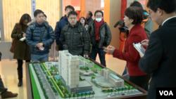北京第一福利院院長曹蘇娟向中國外交部組織的外媒記者參訪團介紹中國養老院情況(美國之音東方拍攝)