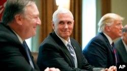Le secrétaire d'État Mike Pompeo, aux côtés du vice-président Mike Pence et du président Donald Trump à la Maison Blanche