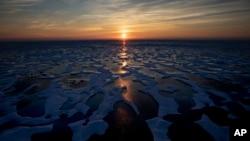 资料照:加拿大的北极海域地区午夜的太阳。