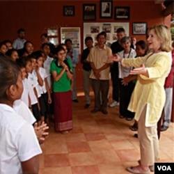 Menlu Clinton saat mengunjungi pusat penampungan yang disponsori pemerintah AS, bagi para perempuan korban perdagangan manusia di Siem Reap, Kamboja, 31 Oktober 2010.
