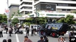 雅加達發生恐怖襲擊﹐警察在現場戒備