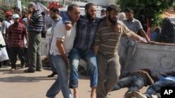 7月8日挨近軍隊向穆爾西支持者開槍後一名傷員被送進醫院