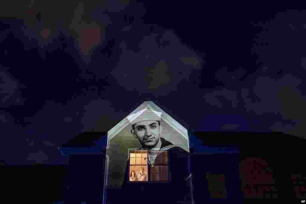Изображение ветерана ВМС США Гарри Маландрино на доме его сына Пола в Уилбрахаме, штат Массачусетс. Маландринос умер от COVID-19 в возрасте 89 лет (фото: AP/David Goldman)