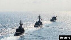 Tàu khu trục có tên lửa dẫn đường USS Mustin (DDG 89) tham gia huấn luyện chung với hai tàu thuộc Lực lượng Tự vệ Biển Nhật Bản JS Kirisame (DD 104) và JS Asayuki (DD 132) ở Biển Đông, 21/4/2015.